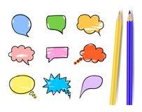 Vektoruppsättning av färgrika samtalbubblor med realistiska isolerade guling- och blåttblyertspennor stock illustrationer