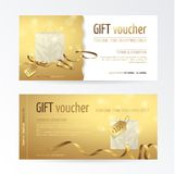 Vektoruppsättning av presentkortet med den pappers- shoppingpåsen, den lilla pilbågen, band och etiketter på den skinande guld- b Arkivbild