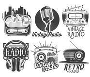 Vektoruppsättning av radio- och musiketiketter i tappningstil som isoleras på vit bakgrund vektor illustrationer