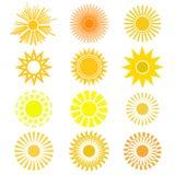Vektoruppsättning av solsymbolet Olika sikter av solen i guling och nolla Royaltyfri Foto