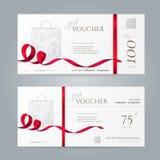 Vektoruppsättning av stilfulla presentkort med röda band och den pappers- shoppingpåsen Royaltyfria Bilder