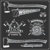 Vektoruppsättning av tappningskogsarbetarelogoer, etiketter, emblem och designbeståndsdelar Yxor och sågar Royaltyfria Foton