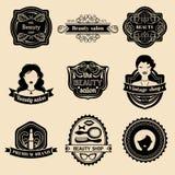 Vektoruppsättningen av hipsterkvinnalogoen av skönhetsalongen eller tappning shoppar Retro symbolssamling i plan stil royaltyfri illustrationer