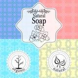 Vektoruppsättningen av sömlösa modeller, etiketter och logoen planlägger mallar för handgjord naturlig tvål som förpackar och inp royaltyfri illustrationer