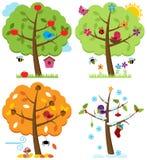 Vektoruppsättning av fyra säsongträd med fåglar Arkivbilder