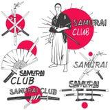 Vektoruppsättning av samurajetiketter i tappningstil Orientaliskt kampsportklubbabegrepp Korsade katanasvärd Arkivfoto