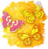 Vektorvattenfärgteckningen, gör sammandrag kulöra fjärilar på gul bakgrund stock illustrationer