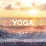 Vektoryogaillustration Name des Yogastudios auf einem Sonnenunterganghintergrund Stockbilder