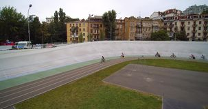 Velódromo en ciclistas de la pista para bicicletas de Kiev en la opinión aérea UCI de la raza de ciclo del manojo metrajes