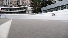 Velódromo en ciclistas de la pista para bicicletas de Kiev en la opinión aérea Uci de la raza de ciclo del manojo almacen de metraje de vídeo