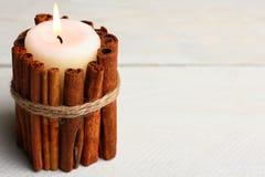 Vela adornada con los palillos de canela Imagen de archivo libre de regalías