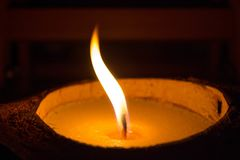 Vela amarela de queimadura no close-up escuro Velas de uma cera da chama luminosa em um fundo preto imagens de stock royalty free