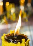 Vela amarilla ardiente Foto de archivo libre de regalías