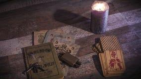 Vela ardente, chaves velhas e cartões vídeos de arquivo