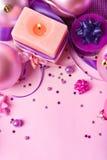 Vela ardente e decoração de ano novo na violeta Imagem de Stock