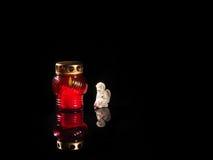 Vela ardente em um castiçal de vidro vermelho imagens de stock
