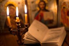 Vela ardente em uma sala escura, ortodoxo Fotografia de Stock Royalty Free