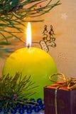 Vela ardente Luz de Natal brilhante Ano novo feliz foto de stock