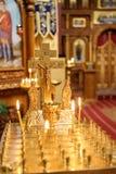 Vela ardente na igreja na frente dos ícones fotos de stock royalty free