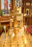 Vela ardente na igreja na frente dos ícones foto de stock