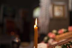 Vela ardente na igreja na frente dos ícones imagem de stock royalty free