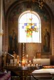 Vela ardente na igreja na frente dos ícones fotos de stock