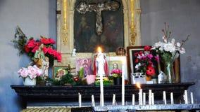 Vela ardente perto dos ícones na igreja vídeos de arquivo