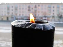 Vela ardente preta no fundo da cidade exterior imagem de stock royalty free