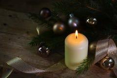 Vela ardiente blanca para la Navidad y Año Nuevo con la decoración, Imagen de archivo