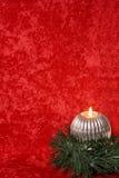 Vela ardiente con las decoraciones de la Navidad fotos de archivo
