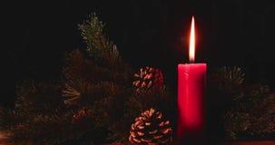 Vela ardiente de la Navidad en fondo oscuro almacen de metraje de vídeo