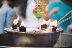 Vela ardiente del palillo de ídolo chino y de la palma de aceite en la capilla china para el mak Imagen de archivo libre de regalías