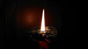 Vela ardiente en la oscuridad Foto de archivo libre de regalías