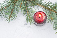 Vela ardiente en nieve Fotografía de archivo libre de regalías
