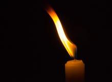 Vela ardiente en oscuridad Imagen de archivo