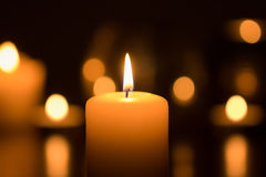 Vela ardiente en oscuridad imagen de archivo libre de regalías