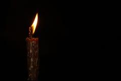 Vela ardiente en un fondo negro Foto de archivo