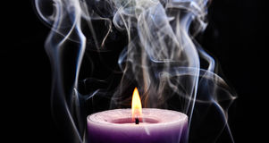 Vela ardiente púrpura fotos de archivo