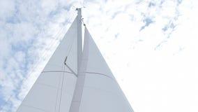 Vela blanca de yates en un fondo de nubes en el cielo azul metrajes