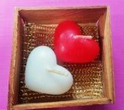 Vela blanca del corazón y vela roja del corazón Fotos de archivo libres de regalías