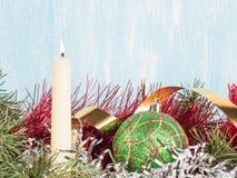 Vela blanca, una bola verde del árbol de navidad, una malla del árbol de navidad Fondo del `s del Año Nuevo Fotos de archivo