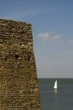 Vela blanca y pared de piedra Imagenes de archivo