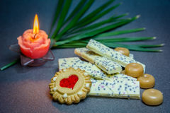 Vela branca das cookies do chocolate em um fundo escuro Foto de Stock