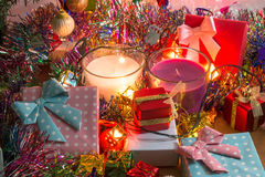 A vela branca e violeta do Natal, ornamento decora o Feliz Natal e o ano novo feliz Fotos de Stock Royalty Free