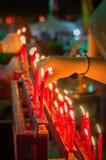 Vela china roja ardiente en templo Fotografía de archivo libre de regalías