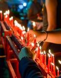 Vela china roja ardiente en templo Foto de archivo libre de regalías