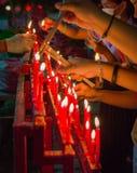 Vela china roja ardiente en templo Imagen de archivo libre de regalías