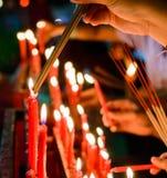 Vela china roja ardiente en templo Fotos de archivo libres de regalías