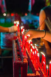 Vela china roja ardiente en templo Imágenes de archivo libres de regalías