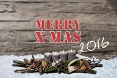 A vela cinzenta ardente da decoração 2016 do Feliz Natal borrou o inglês da mensagem de texto da neve do fundo Imagem de Stock